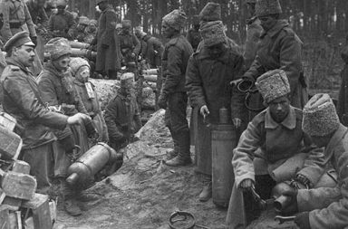 Russian soldiers prepare chlorine cylinders for a gas attack against German positions, 1916
