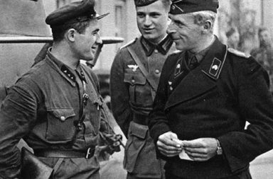 Soviet and German officers meet at the Polish city of Brest, 1939