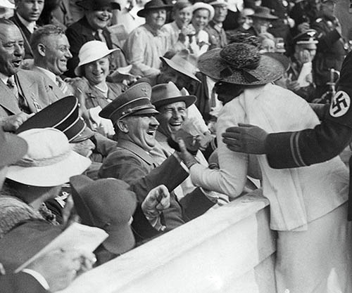 https://rarehistoricalphotos.com/wp-content/uploads/2016/06/Hitler-reacts-to-kiss-from-excited-American-woman-at-the-Berlin-Olympics-1936-small.jpg
