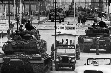 The standoff at Checkpoint Charlie Soviet tanks facing American tanks, 1961