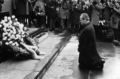 Warschauer Kniefall, Willy Brandt falls to his knees, 1970