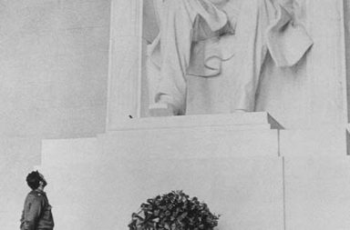Fidel Castro at the Lincoln Memorial, 1959