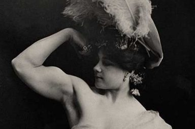 The first female bodybuilders and strongwomen showing off their gains, 1900s