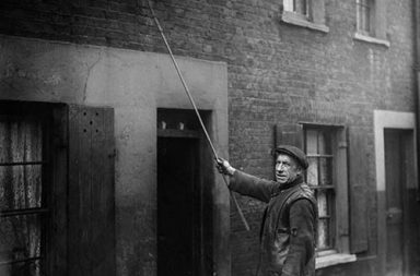 Knockers-up: Waking up the workers in industrial Britain, 1900-1941
