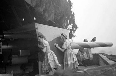 British soldiers manning anti-aircraft Guns in women's clothes, 1940
